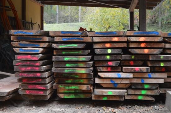 Holz liegt zur Trocknung auf